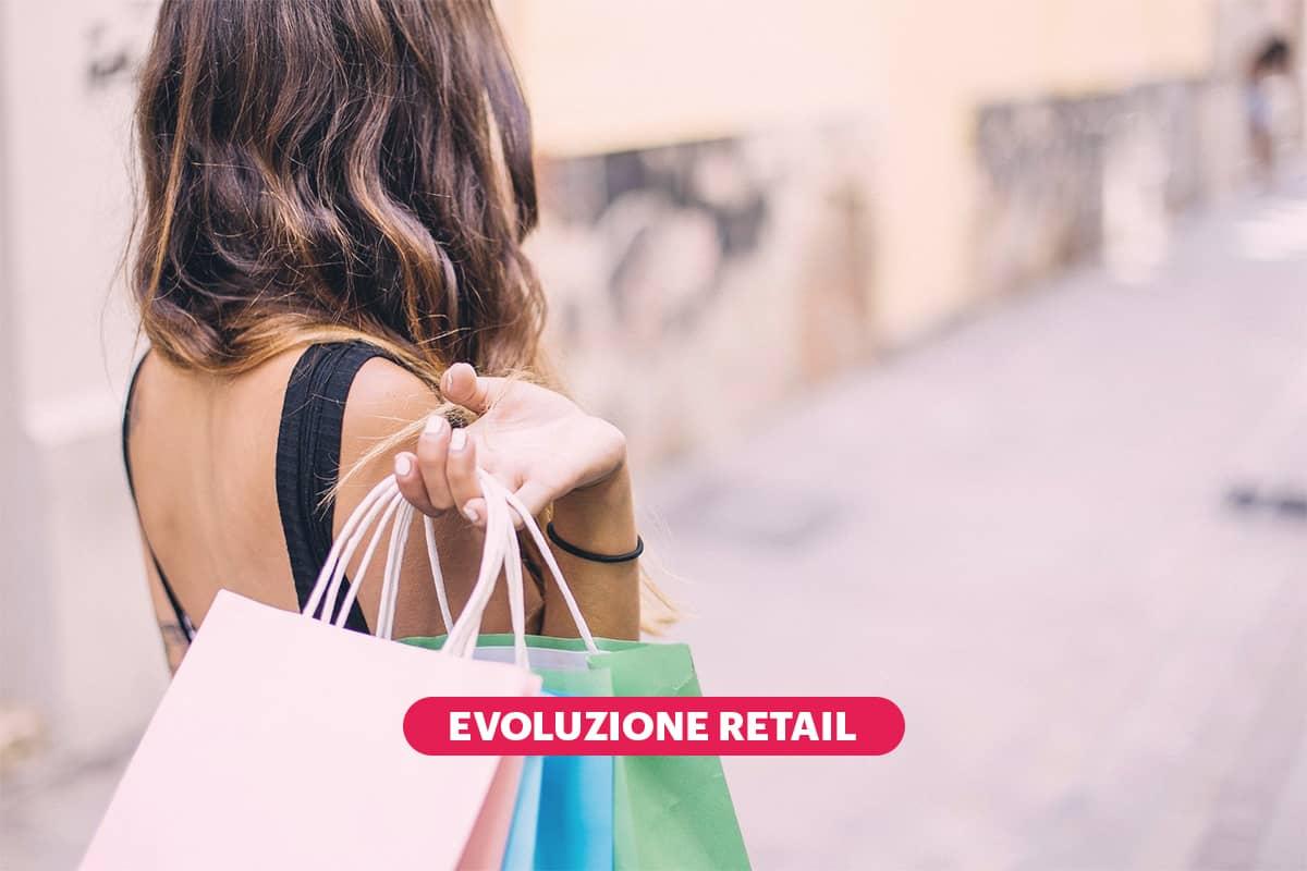 ragazza fa shopping dopo una consulenza di stile